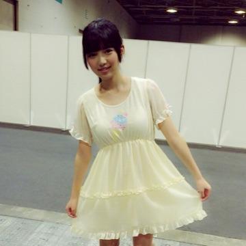上村莉菜さんのカクテルドレス姿