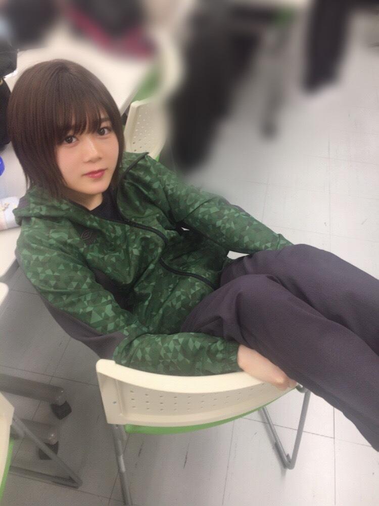 尾関梨香 椅子