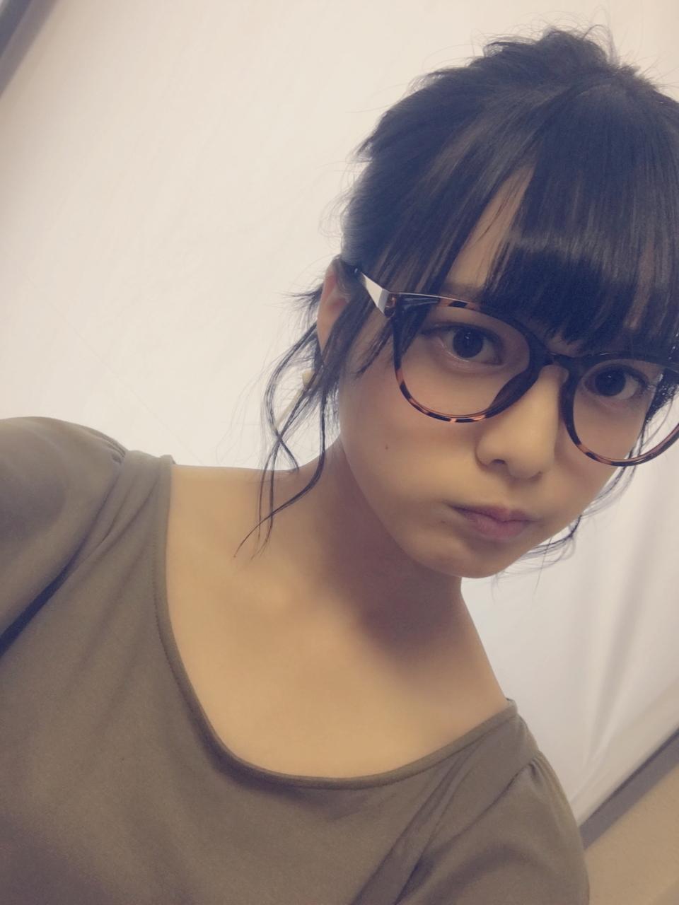 メガネをかけている平手友梨奈